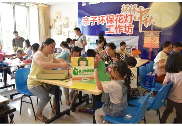 "During Mid-autumn Festival, over 20 stores organized the ""Parents-Children Green Lantern Making Workshops""."