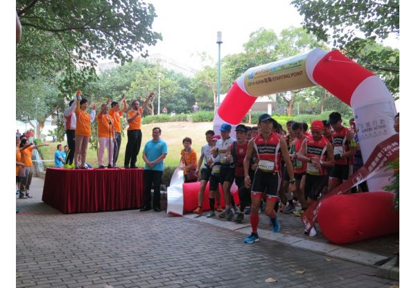 Thousands of marathon runners enthusiastically waited for the starting pistol to be fired by Chief Secretary Carrie Lam at the starting point, making a significant scene.