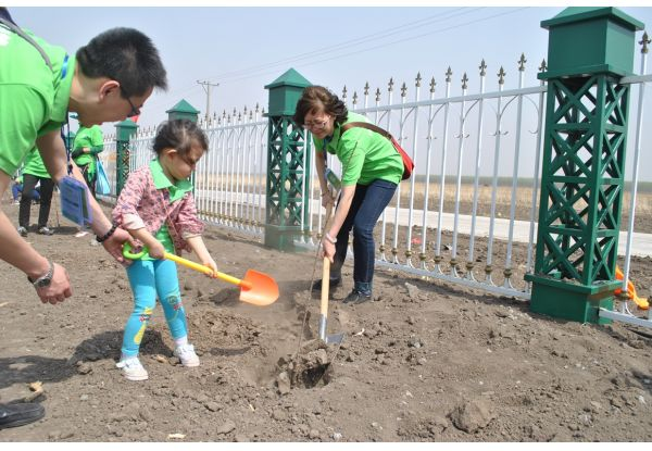 Customers and their children cultivated soil and planted trees with shovels to spread the ideas of environmental protection.