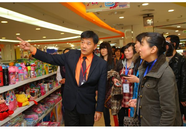 NWDS cooperated with Philips Lighting to replace its basic lighting devices with LED lighting system at 15 NWDS stores. Photo: Media tour visiting Beijing New World Department Store.