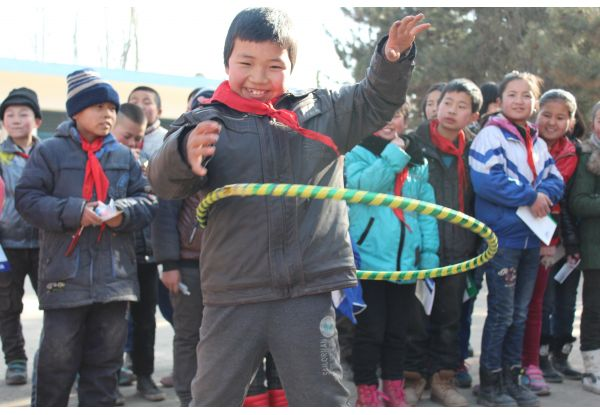 NWDS Volunteer Team had hula hooping competition and creative group games with hula hoops, such as A Cold Wind Blows and Hula Hoop Pass. The atmosphere was lively and festive with our volunteers having so much fun with the children benefited from the event.
